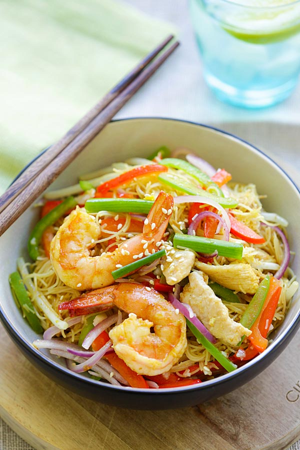 Singapore Noodles - curry-flavored fried rice noodles with chicken and shrimp. The BEST Singapore noodle recipe to try at home! | rasamalaysia.com