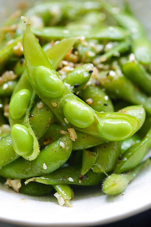 Garlic Butter Edamame - healthy edamame coated with garlicky and buttery goodness. The easiest appetizer you can whip up in 10 mins | rasamalaysia.com