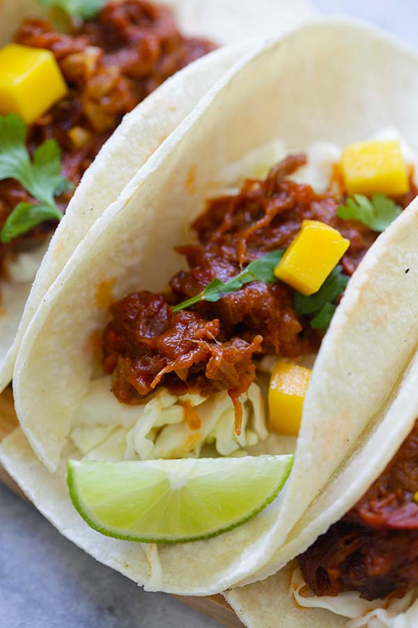 Quick and easy taco with pull beef and mango, ready to serve.