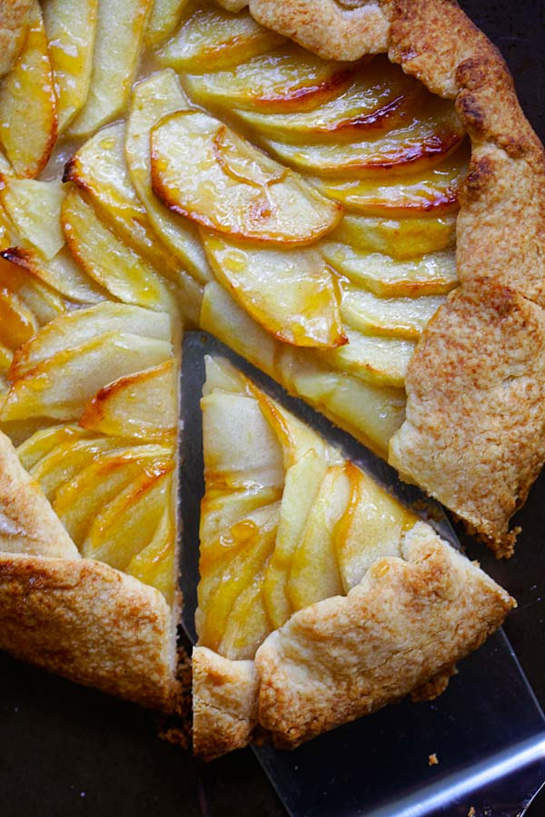 Scalloped apple slices in a fruit tart.