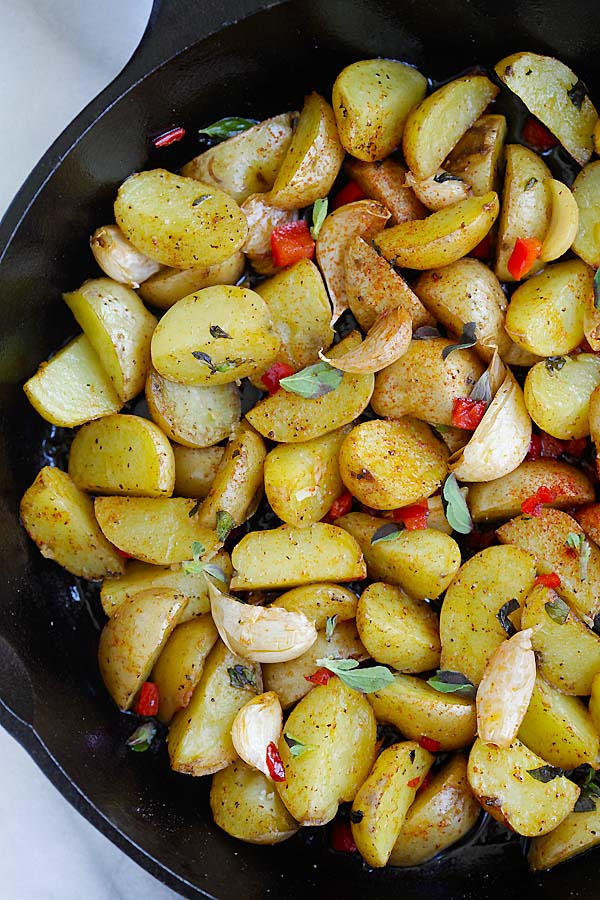 Greek Roasted Potatoes - easy and delicious roasted potatoes with garlic, oregano, olive oil and red bell peppers. Takes only 20 mins | rasamalaysia.com