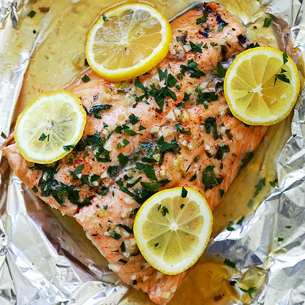 Garlic Lemon Butter Salmon - the easiest foil-wrapped salmon recipe ever with crazy delicious salmon in garlic lemon butter sauce. So good | rasamalaysia.com