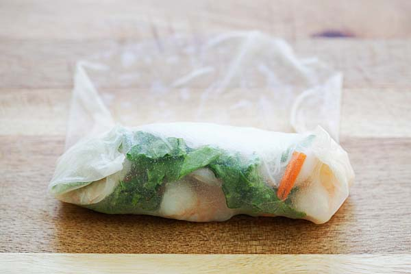 Easy Summer Rolls - healthy and delicious Vietnamese Summer Rolls made with rice noodles, lettuce, carrots, shrimp with hoisin-peanut sauce. So good | rasamalaysia.com
