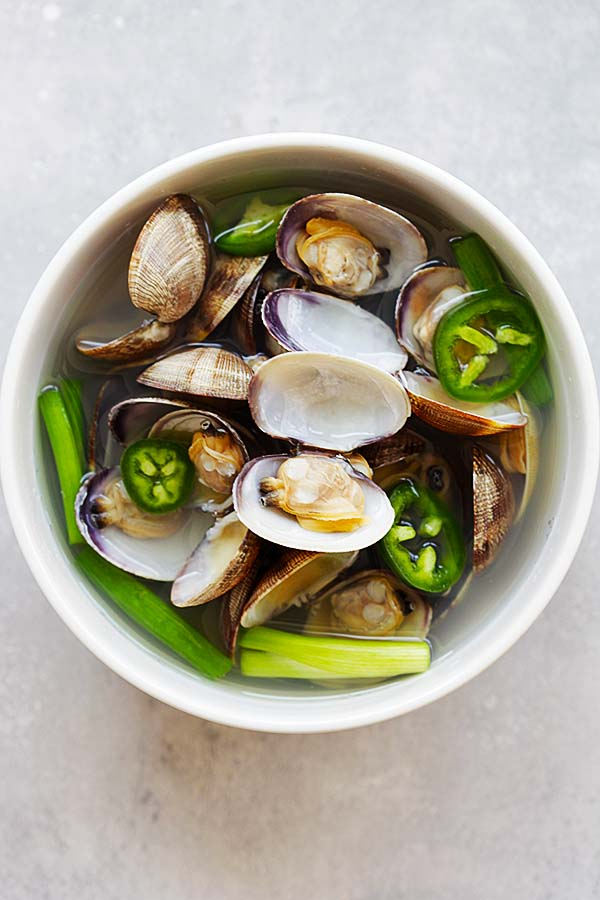 Korean Clam Soup - savory and briny clam soup with jalapeno and garlic. Easy recipe that takes only 10 minutes to make and so delicious | rasamalaysia.com