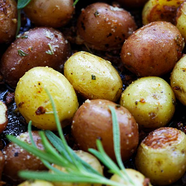 Rosemary Roasted Potatoes - the easiest and best roasted potatoes with garlic, rosemary and butter. A perfect side dish for everything | rasamalaysia.com