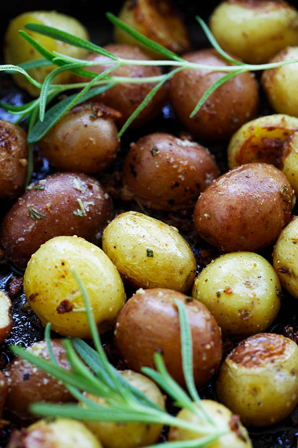 Easy and delicious homemade roasted potatoes with garlic, rosemary and butter.