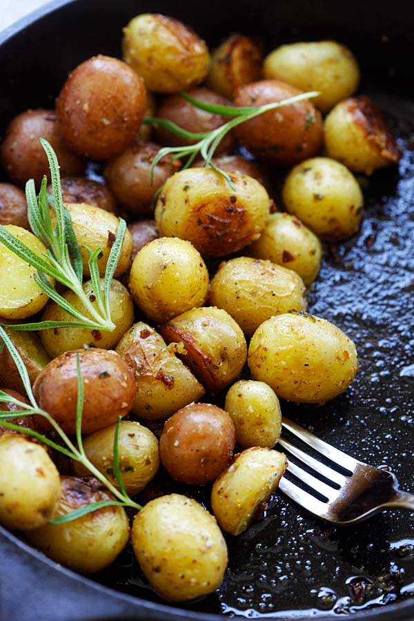 Easy and quick rosemary Roasted Potatoes with garlic, rosemary and butter.