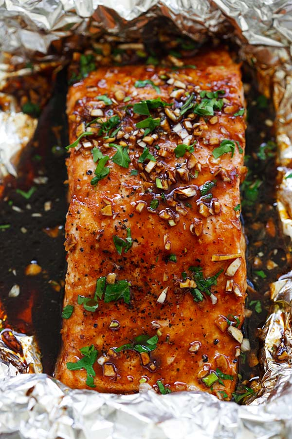 Juicy and flaky foil baked salmon recipe with a mouthwatering garlic sriracha marinade.