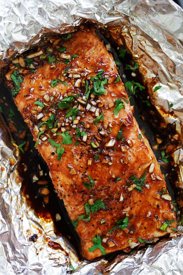 Garlic Sriracha Salmon - moist, juicy and flaky foil baked salmon recipe with a mouthwatering Garlic Sriracha marinade. This recipe takes only 10 minutes active time. It's so good | rasamalaysia.com