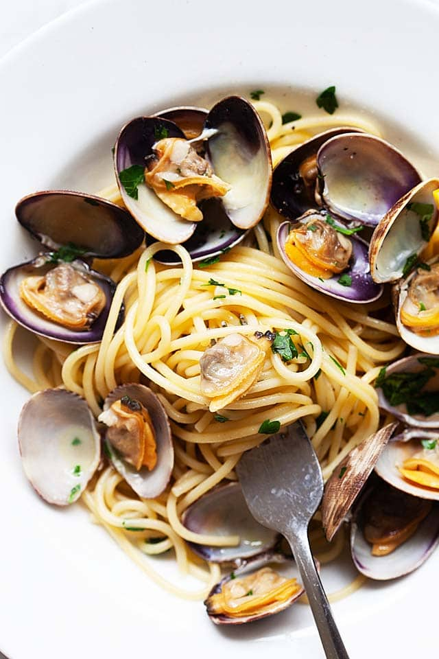 Spaghetti alle vongole recipe with Manila clams and spaghetti pasta.
