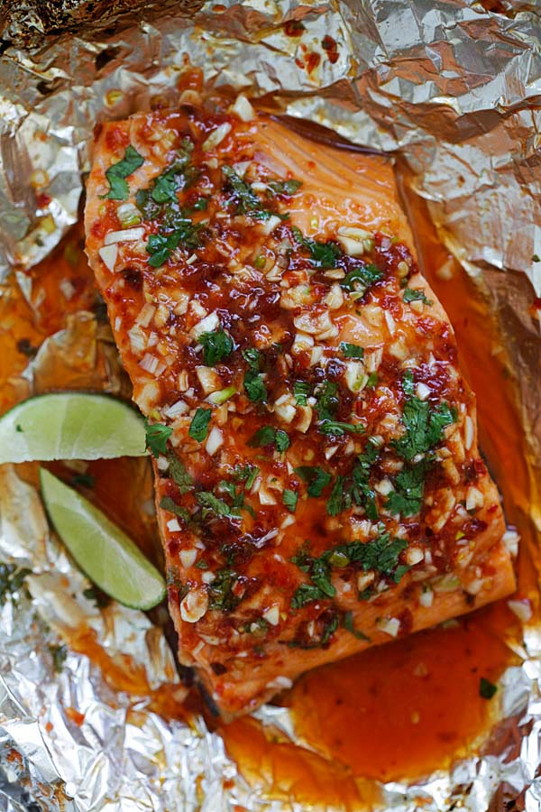 Chili Lime Salmon - moist, tender and delicious foil-wrapped salmon marinated with chili-garlic sauce and lime juice. Easy weeknight recipe that takes 30 mins | rasamalaysia.com