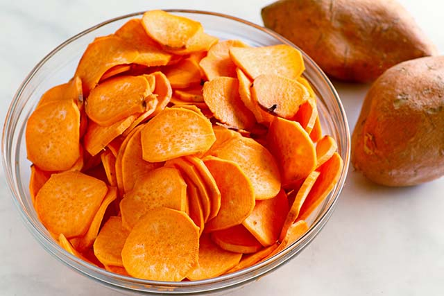How to baked sweet potatoes? Slice sweet potatoes into chips and bake in the oven.