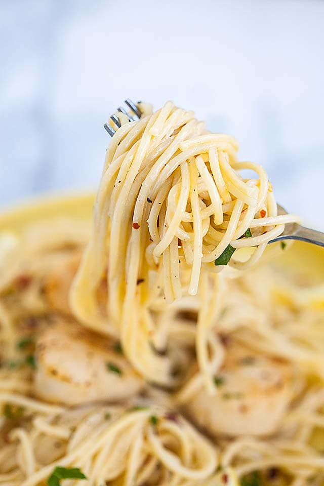 Delicious homemade white wine spaghetti pasta with creamy scallops recipe.