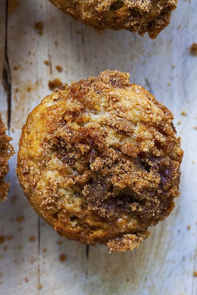 Banana muffins with crumbs topping.