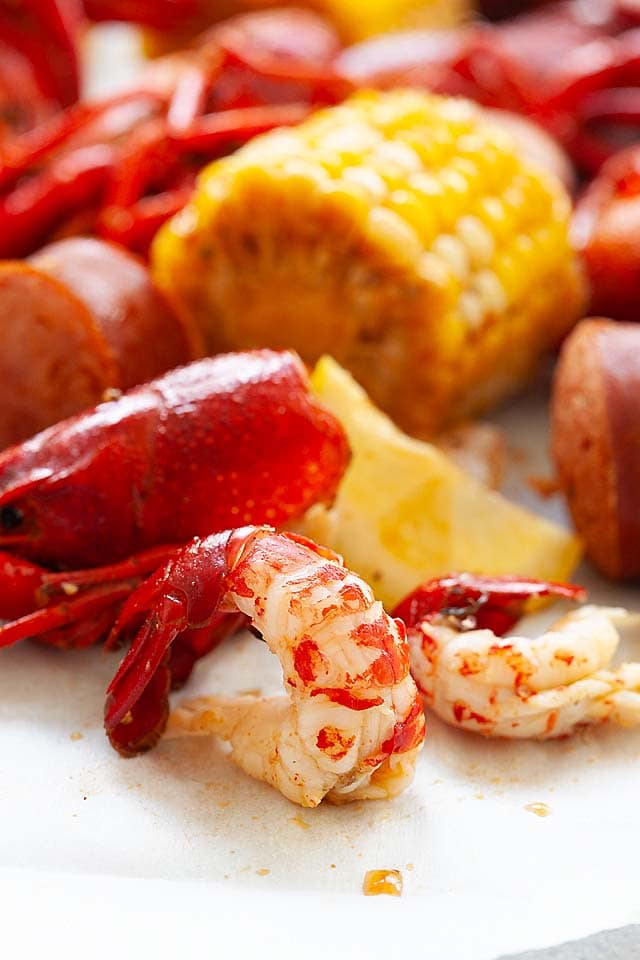 How to eat crawfish? Remove the shell of crawfish to eat the tail.
