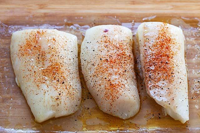 Филе трески в противне, готовое для запекания в духовке.