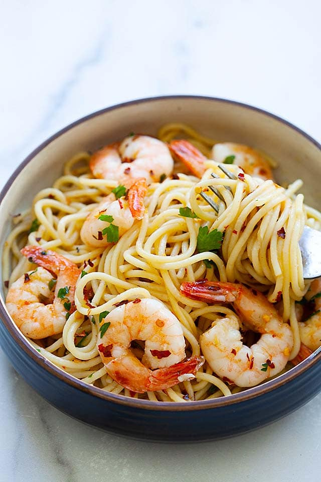 Aglio e olio recipe with shrimp, spaghetti, garlic and olive oil.