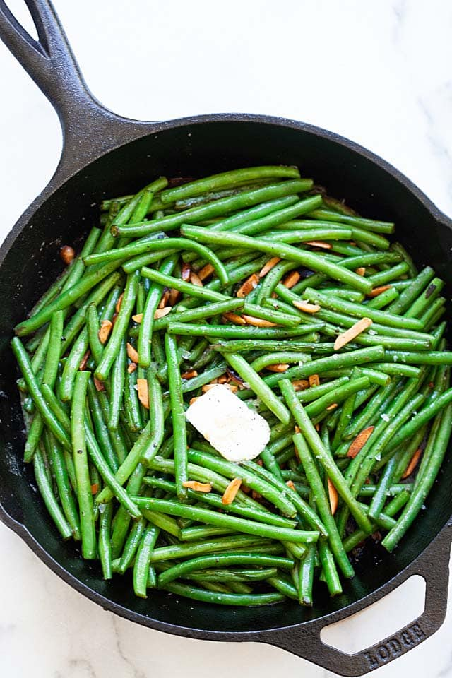 Green beans with green bean almonds, ready to serve.