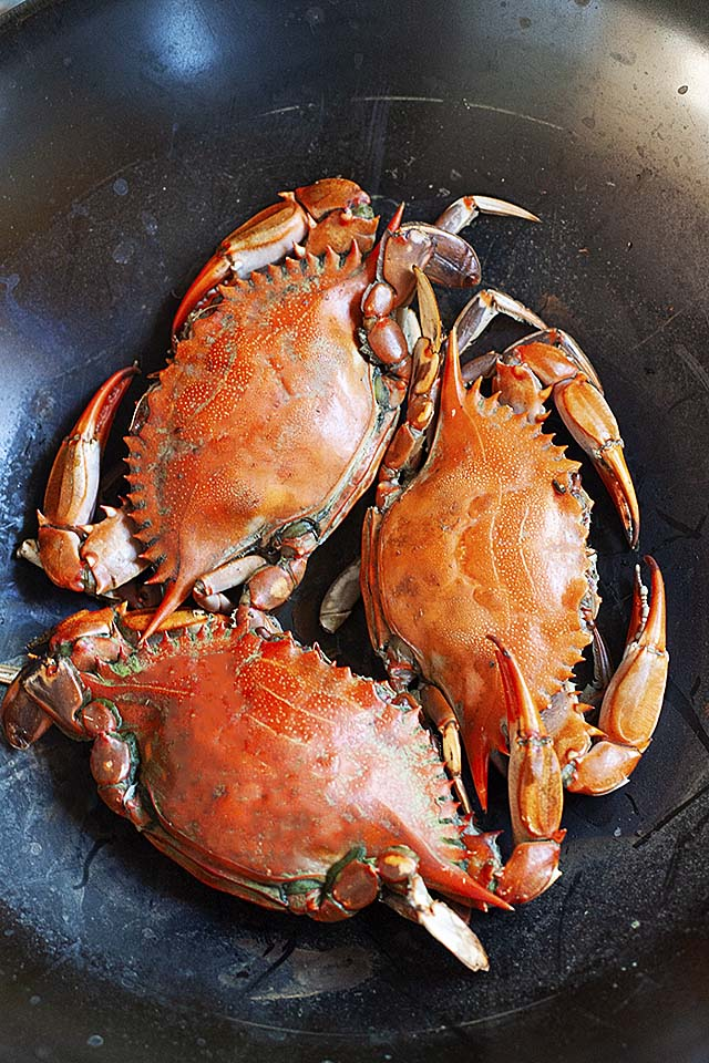 Baked crabs in a wok.