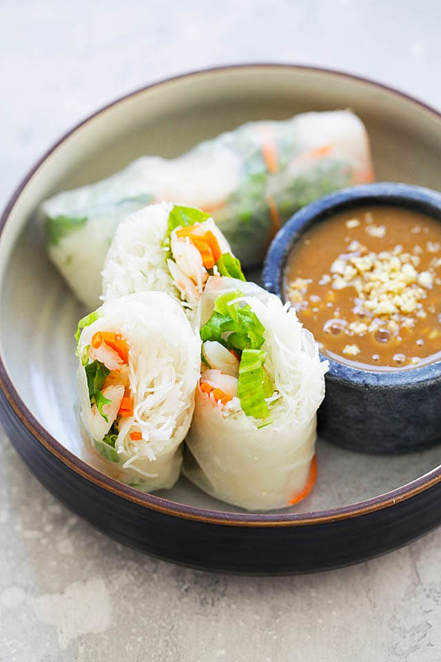 Easy and authentic Vietnamese summer rolls recipe made with rice noodles, lettuce, carrots and shrimp.