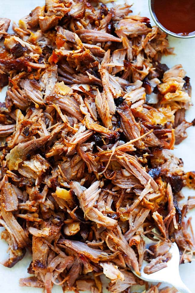 Smoked pulled pork (smoke pulled pork) with BBQ sauce.