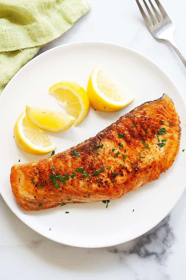 How to cook salmon with salmon fillet in a pan on the stove.