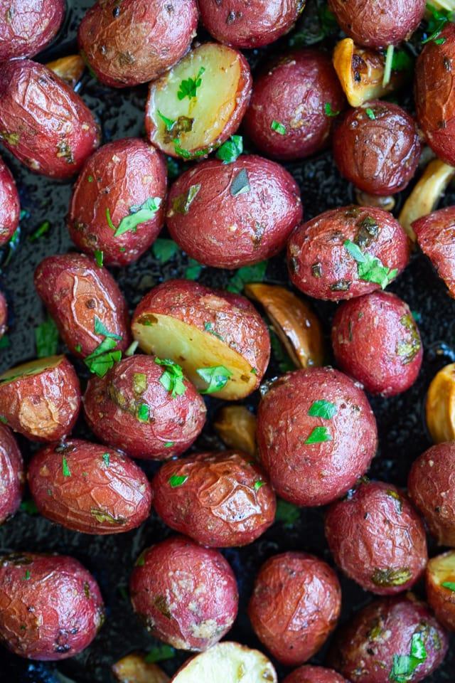 Fırında közlenmiş bebek patatesleri ile bebek kırmızı patates.