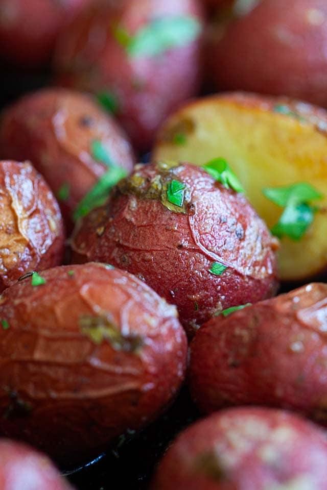 Kızarmış bebek kırmızı patates.