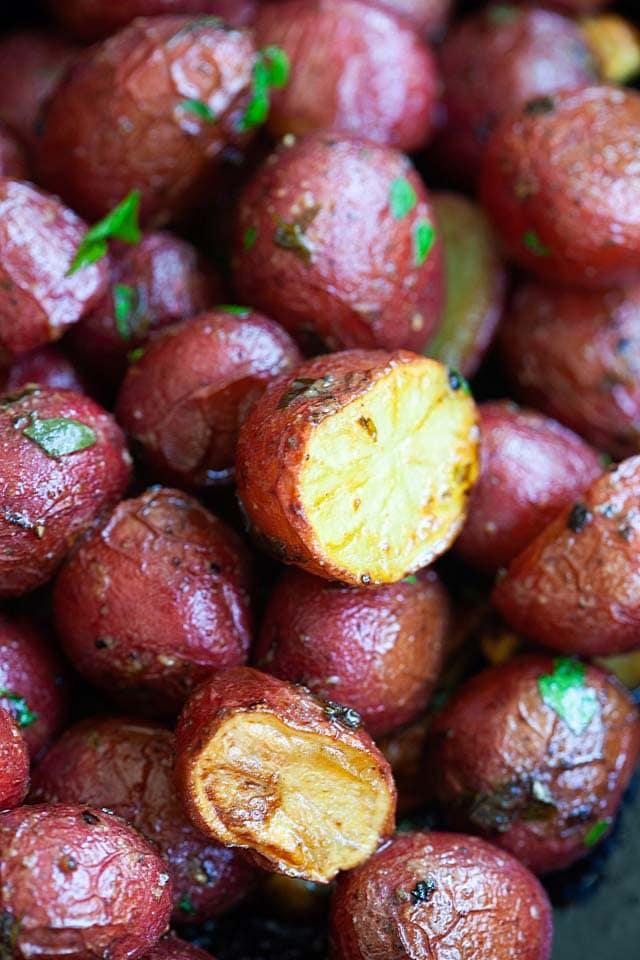 Bir tavada kavrulmuş bebek patates.