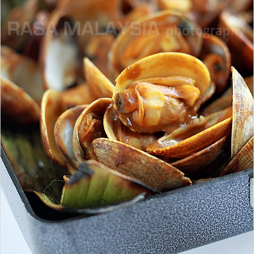 Curry clams wrapped with banana leaves. Curry-flavored clam is a popular Malaysian street food—delicious, spicy, and addictive. Easy curry clams recipe. | rasamalaysia.com