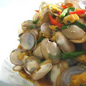 Lala with Soy Sauce – This is my favorite childhood dish–stir-fried la la (a type of clams found in Malaysia) with soy sauce. The sweetness of the la la plus the savory sauce, mmm, I could eat this forever. | rasamalaysia.com