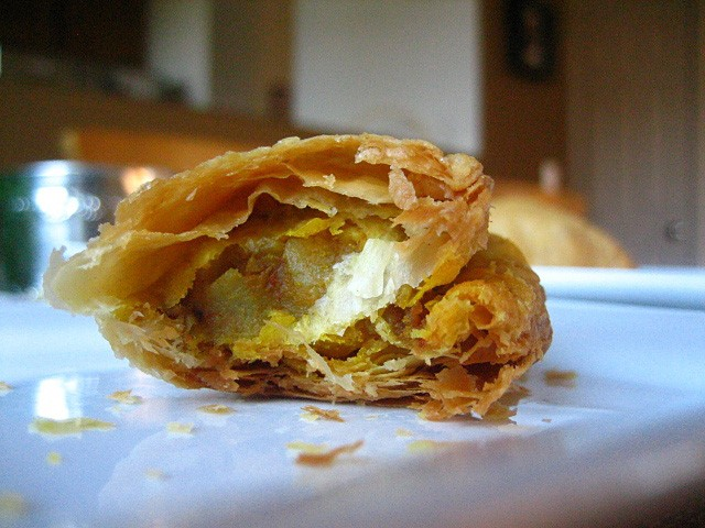 Curry Puff–a snack filled with curried potatoes commonly found in Malaysian and Singapore | rasamalaysia.com