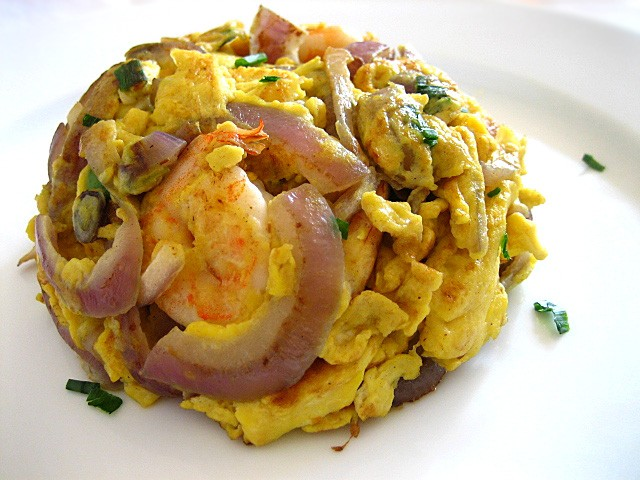 Shrimp Omelet - fried omelet paired beautifully with some lightly caramelized red onions plus a few sinfully delicious and succulent shrimp | rasamalaysia.com